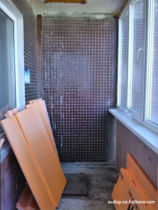Утепление и отделка балкона пластиковыми панелями в бежевом .