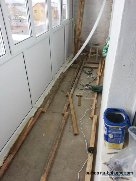 Отделка стен и пола балкона сосновой вагонкой с последующей обработкой акриловым лаком