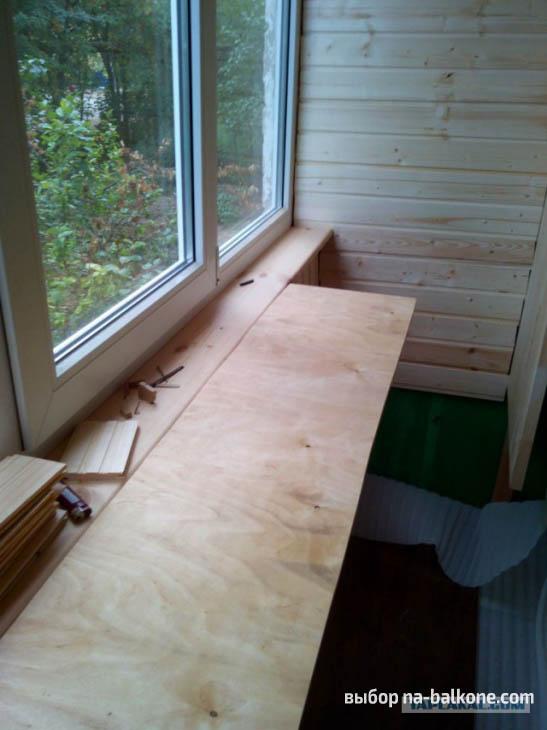 Отделка лоджии с помощью вагонки и ламината, а также установка на ней сидений и столиков