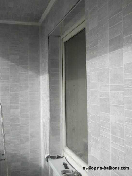 Ремонт стандартной прямоугольной лоджии с укладкой коричневого ламината и отделкой серыми пластиковыми панелями