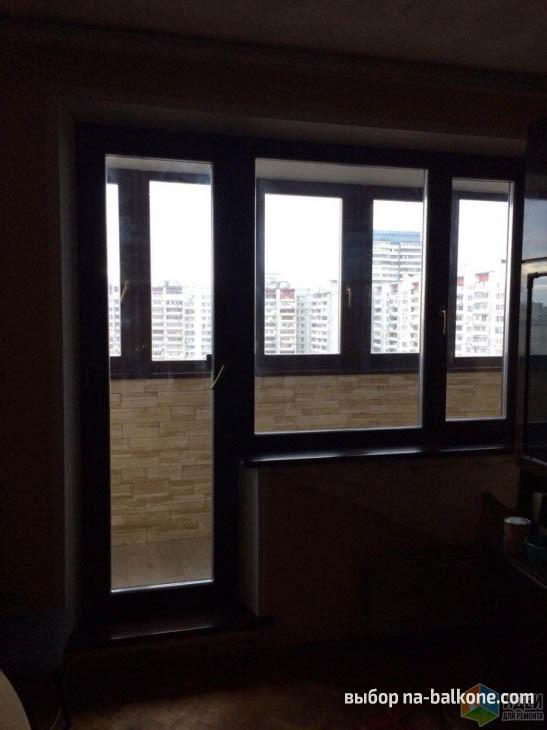 Уютный балкон с коричневыми рамами, шкафом и местом для отдыха с диваном