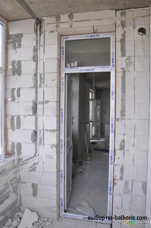 Превращение лоджии в роскошный кабинет с горчичными стенами и коричневыми предметами интерьера