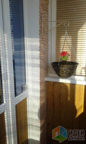Ремонт на небольшом балконе с полом из кафеля и стенами из д.