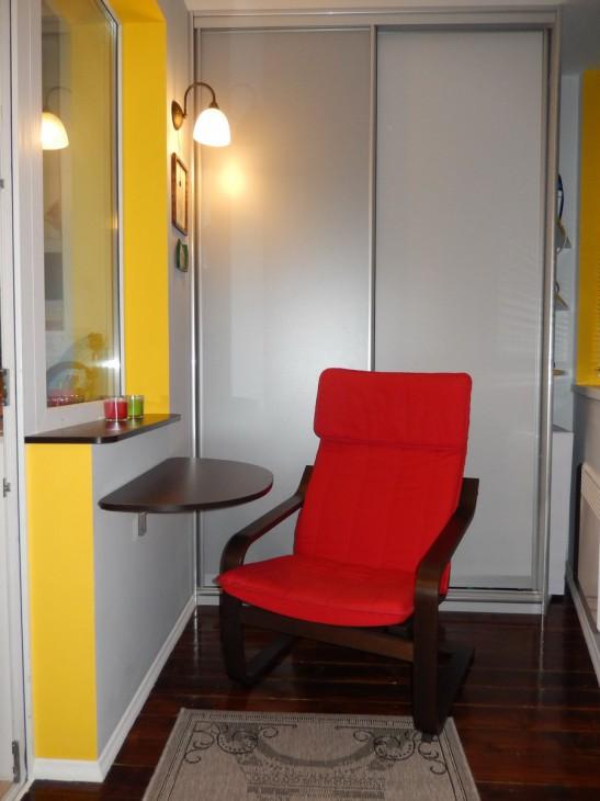 Балкон 5 кв.м с креслом-качалкой, встроенным шкафом-купе и обогревателем
