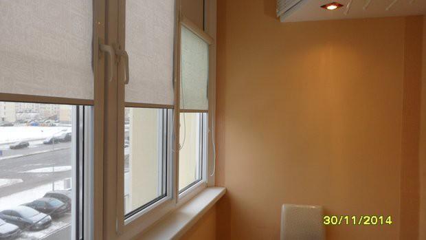 Балкон с антресолью под потолком и столиком для работы (15 фото)