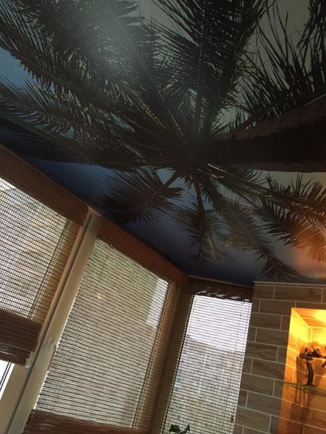 Дизайн балкона для отдыха в стиле экзотического побережья с конвекторным обогревателем