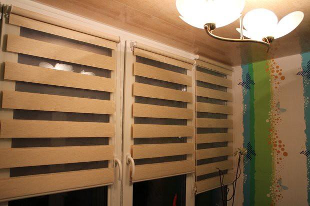 Утепленная лоджия с диваном-кроватью и роллшторами на окнах с ремонтом за 250 долларов