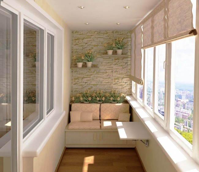 Удобный диван и откидной столик на балконе