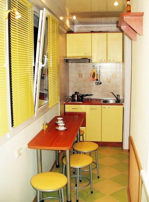 Вариант для маленькой квартиры: кухня на балконе