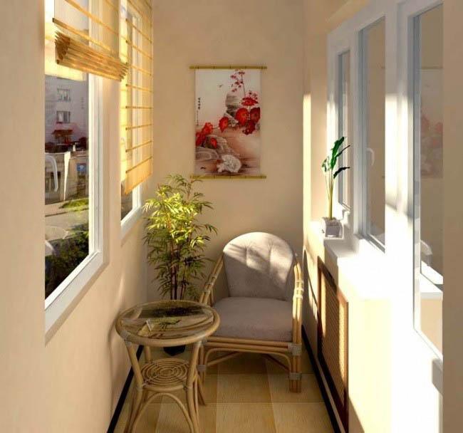 Кресло, ролл-шторы и цветок становится удобным местом для чтения
