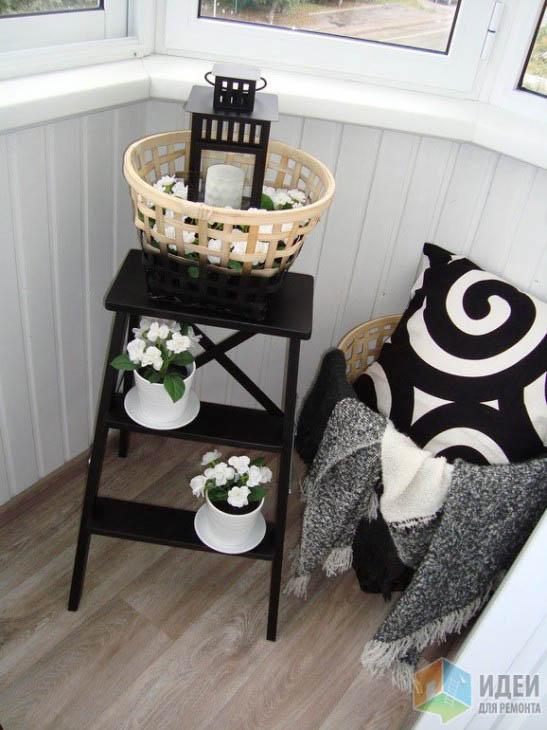 Застекленный балкон эркерного типа с мебелью от ИКЕА и самодельным ремонтом