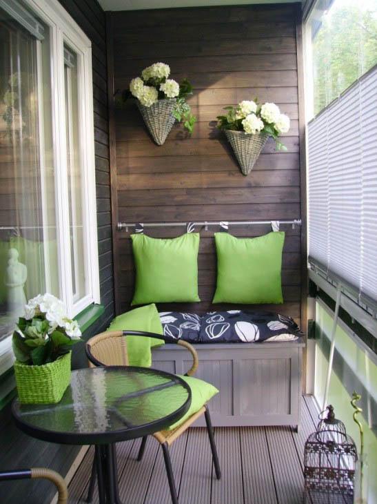 Зеленые акценты в оформлении балкона, дизайнерская мебель