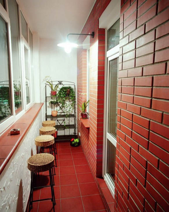Бар на балконе с кирпичными стенами