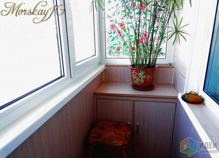Застекленный балкон с витражной росписью и сушилкой