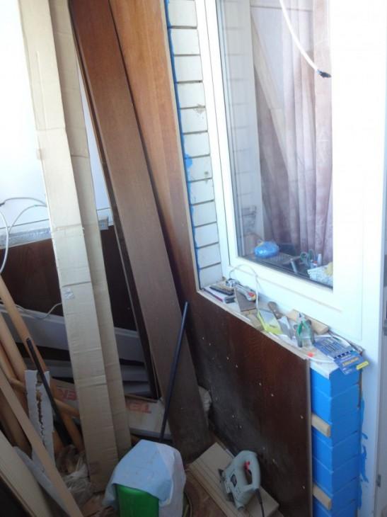 Рабочий кабинет на балконе с облицовкой деревянными панелями